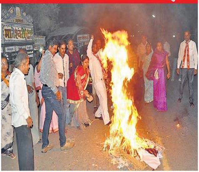 शिवसेनेचे पदाधिकारी कार्यकर्त्यांनी पोलिसांना चकवा देऊन संध्याकाळी ६.१५ वाजता शिवाजी चौकात पालकमंत्री एकनाथ खडसे यांचा पुतळा जाळला. - Divya Marathi
