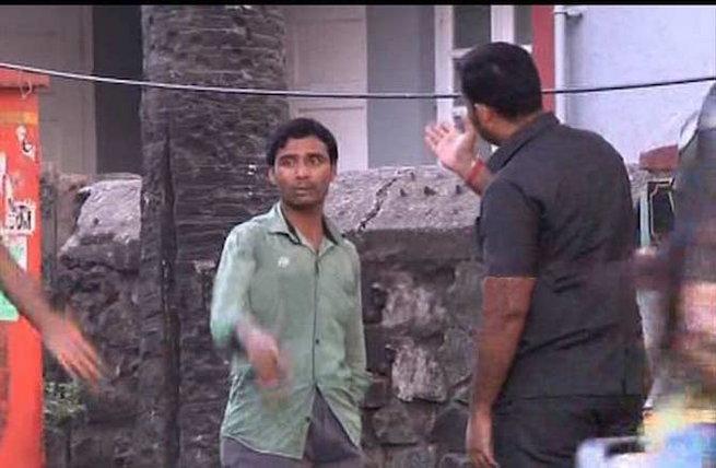 सलमानच्या घराबाहेर फॅन्सला मारहाण, फोटो घेण्यावरून बॉडीगार्डने मारली थप्पड|मुंबई,Mumbai - Divya Marathi