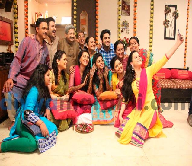 सजली स्वानंदी-संपदाच्या हातावर मेहंदी, मेहंदीच्यावेळी नाचताना स्वानंदी म्हणाली ललिताला 'बुढियाँ'|मराठी सिनेकट्टा,Marathi Cinema - Divya Marathi