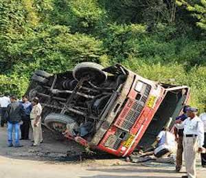 रत्नागिरीजवळ एसटी- कंटेनरची समोरासमोर धडक, 7 ठार तर 30 जखमी|मुंबई,Mumbai - Divya Marathi