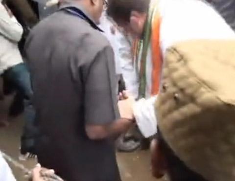 PHOTOS: जेव्हा माजी केंद्रीय मंत्री उचलतात राहुल गांधी यांची चप्पल|देश,National - Divya Marathi