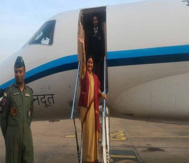 भारतीय हवाई दलाच्या गगनदूत विमानातून पाकिस्तानला रवाना होताना परराष्ट्र मंत्री सुषमा स्वराज. - Divya Marathi