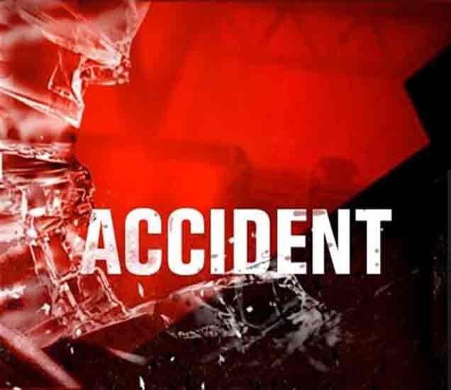 मुंबई- गोवा महामार्गावर कंटेनर- बसच्या अपघात, ७ ठार, ३२ जखमी  - Divya Marathi