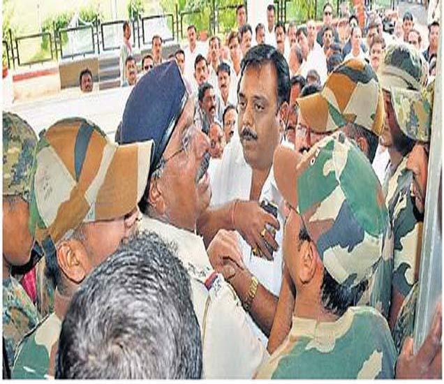 इमारतीच्या प्रवेशद्वारावरच रोखल्याने भाजपच्या कार्यकर्त्यांची पोलिसांशी झालेली बाचाबाची. - Divya Marathi