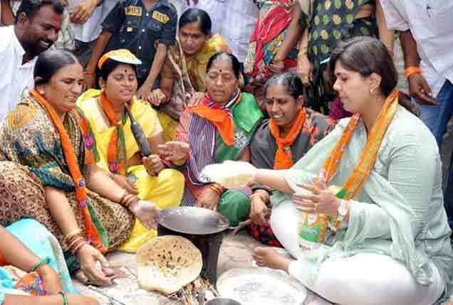 PHOTOS : पंकजा मुंडेंच्या 10 Facts, जाणून घ्या कशा आल्या राजकारणात...|औरंगाबाद,Aurangabad - Divya Marathi