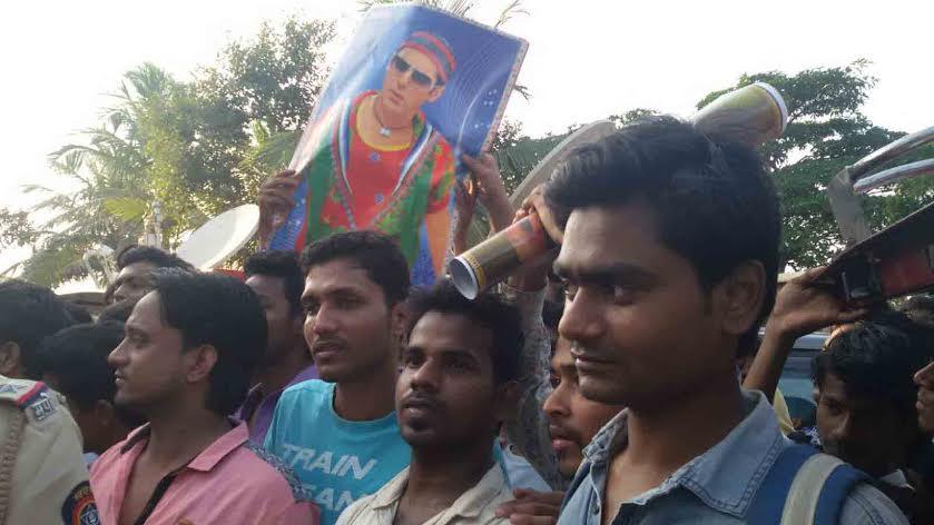 Hit And Run निकालानंतर गॅलेक्सीबाहेर जमली तोबा गर्दी, मागच्या दारातून घरात गेला सलमान| - Divya Marathi