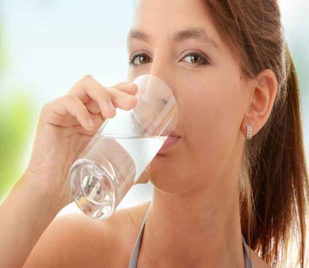 नियमित कोमट पाणी प्यायल्याने होतात हे 8 आश्चर्यकारक फायदे...| - Divya Marathi