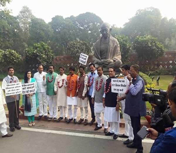 संसदेबाहेर आंदोलन करणारे शिवसेनेचे खासदार... - Divya Marathi