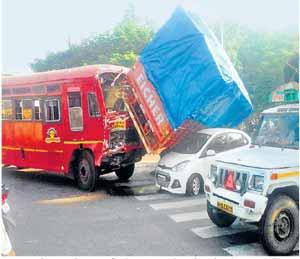 मेरी सिग्नलवर तिहेरी अपघात, बेशिस्त चालक, अपघाताचा निमंत्रक... नाशिक,Nashik - Divya Marathi