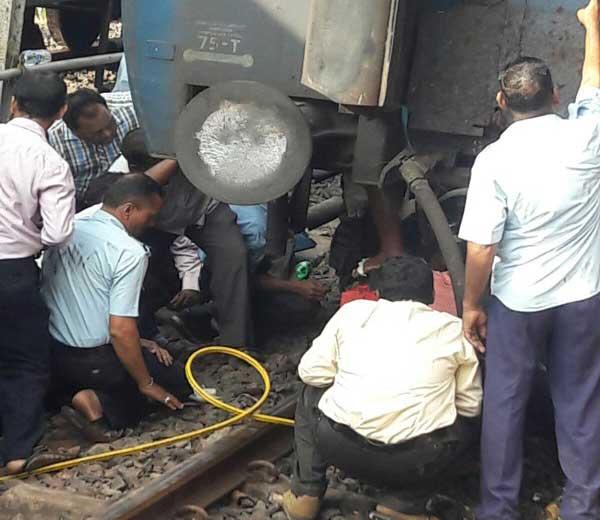 शौचकूपात अडकलेला पाय आपल्याला दिसत असेल.आजींच्या सुटकेच्या प्रयत्नात असलेले रेल्वे कर्मचारी... - Divya Marathi