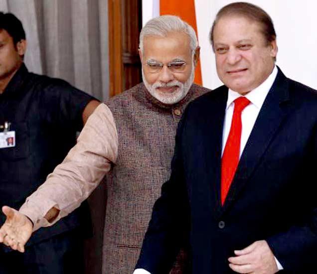 पीएम मोदींबरोबर पाकिस्तानचे पंतप्रधान नवाज शरीफ. हा फोटो 27 मे 2014 चा आहे. फोटो काढण्याच्या एका दिवसापूर्वी नवाज मोदींच्या शपथ ग्रहण सोहळ्यात सहभागी झाले होते. - Divya Marathi