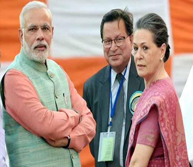 पंतप्रधान नरेंद्र मोदी आणि सोनिया गांधी यांचा हा फोटो 2014 मध्ये दिल्लीतील रामलीलेवेळचा आहे. - Divya Marathi