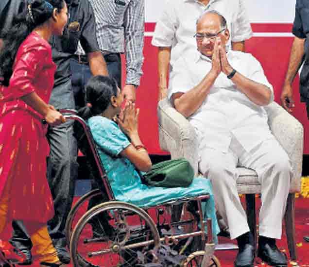 मुंबईत अमृतमहाेत्सवासाठी अालेल्या एका अपंग महिलेने दिलेल्या शुभेच्छा स्वीकारताना शरद पवार. - Divya Marathi