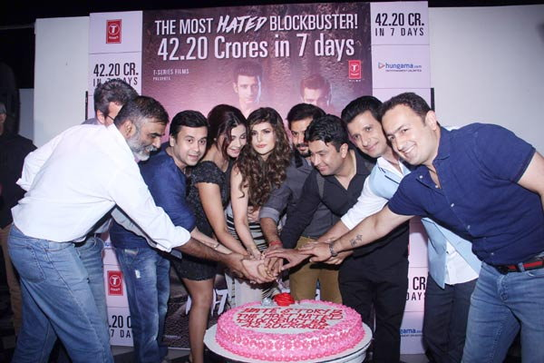 \'हेट स्टोरी-3\'ने पहिल्या आठवड्यात कमावले 42cr, टीमने केली सक्सेस पार्टी| - Divya Marathi