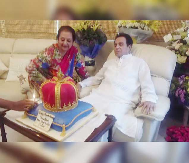 93 वर्षांचे झाले दिलीप कुमार, पत्नीसोबत कापला रॉयल केक| - Divya Marathi