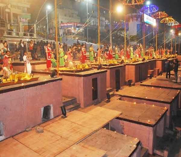 PHOTOS: मोदी-आबेंच्या स्वागतासाठी नववधूसारखा सजवलाय काशीचा घाट| - Divya Marathi