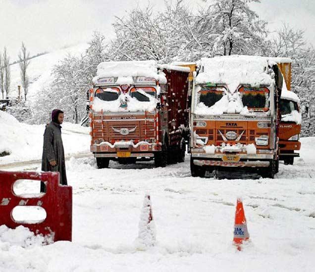 हिमवृष्टीमुळे अडकलेले ट्रक. - Divya Marathi