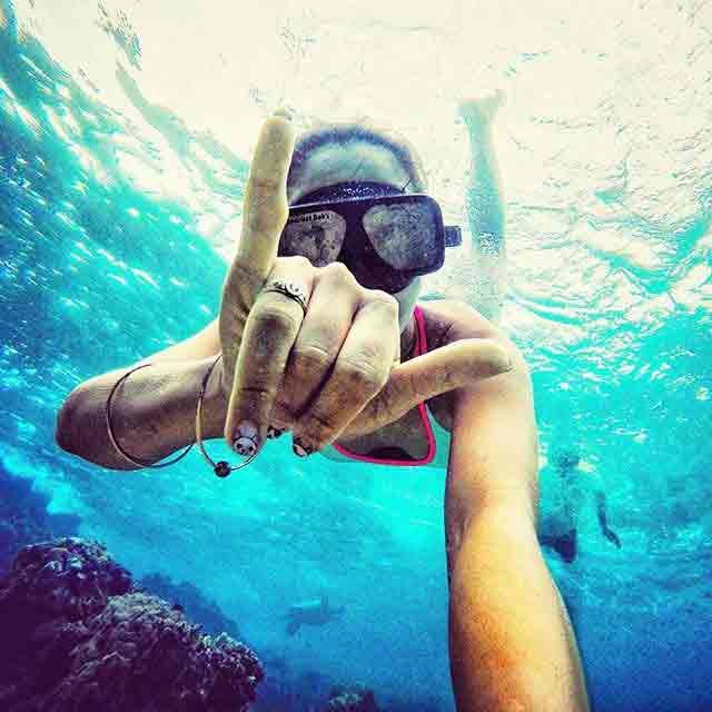 PHOTOS : या Glamorous गोल्फरने केले 30 शार्कसोबत swimming स्पोर्ट्स,Sports - Divya Marathi