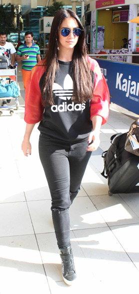 Spotted: जॅकलीन, श्रीदेवी आणि लॉरेनसह एअरपोर्टवर दिसले हे सेलेब्स| - Divya Marathi