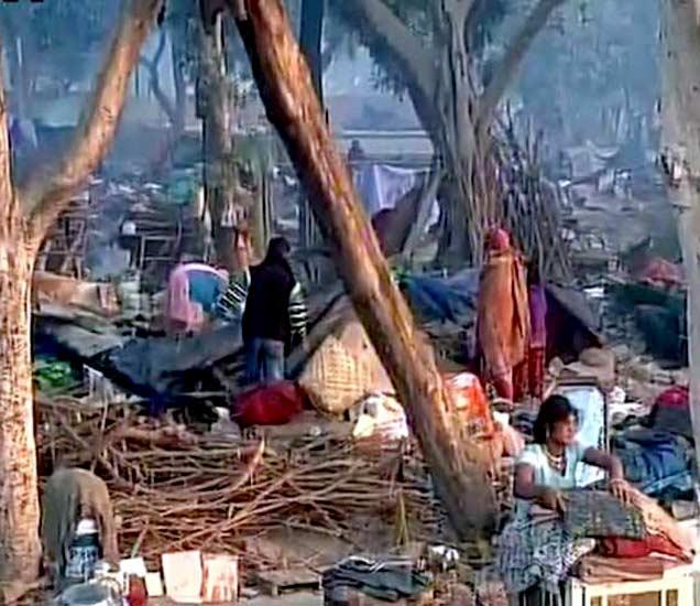 रेल्वे विभागाने अतिक्रमण केलेल्या झोपड्या पाडल्यानंतरची स्थिती. - Divya Marathi