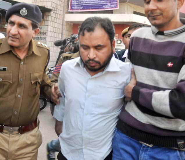 पोलिसांच्या ताब्यात असलेला IS एजंट सिराजुद्दीन. - Divya Marathi