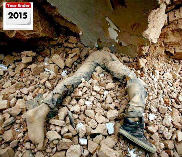 नेपाळच्या काठमंडूमध्ये आलेल्या भूकंपानंतर ढिगाऱ्यात दबलेल्या तरुणाचा मृतदेह. - Divya Marathi