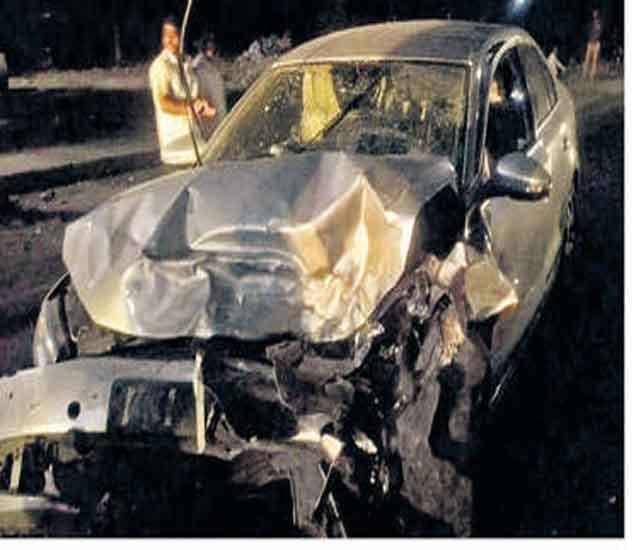धूत हॉस्पिटलजवळील चौकात झालेल्या अपघातात कारचा असा चुराडा झाला. - Divya Marathi