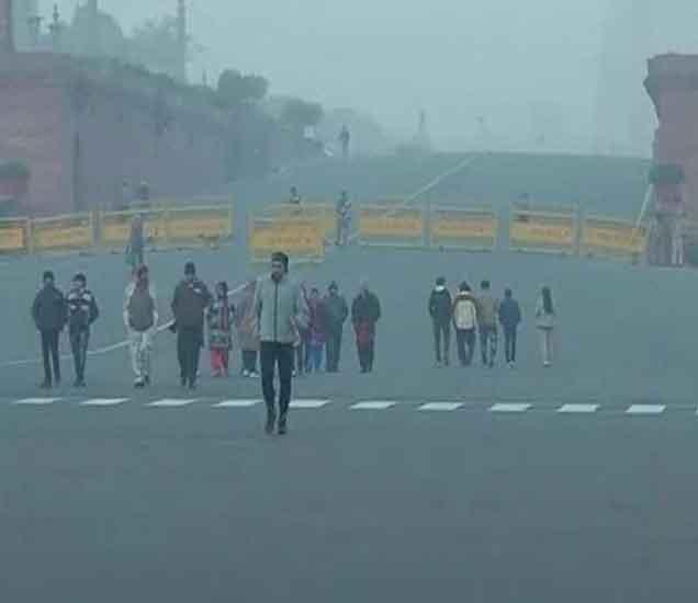 राजधानी दिल्लीही सध्या थंडीने गारठली आहे. - Divya Marathi