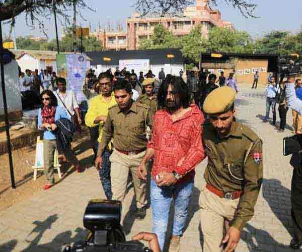 आर्टिस्ट हेमाच्या पतीने नग्न होऊन केला होता गुजरात दंगलीचा निषेध मुंबई,Mumbai - Divya Marathi