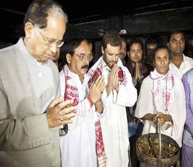 गेल्या आठवड्यात शनिवारी आसाममधील बारपेटा मंदिरात राहुल गांधी. सोबत मुख्यमंत्री तरुण गोगोी. - Divya Marathi