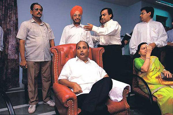 भजी विकली, पेट्रोल पंपावर काम केले; धीरुभाई अंबानी असे बनले \'पॉलिस्टर किंग\' बिझनेस,Business - Divya Marathi
