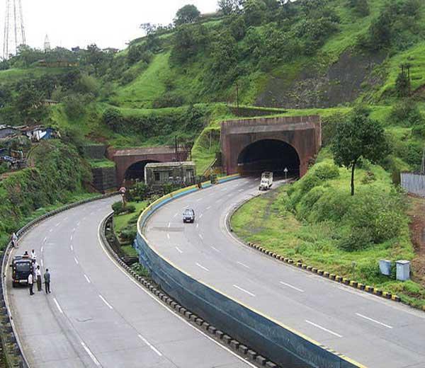 पुणे- मुंबई महामार्गावर ओम्नी व्हॅनला अपघात, 2 ठार तर 8 जखमी पुणे,Pune - Divya Marathi