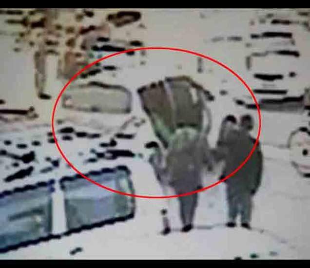 गुडगावच्या कॉलेजमधून युवतीचे सिनेस्टाइल अपहरण, पाहा थरारक VIDEO|देश,National - Divya Marathi