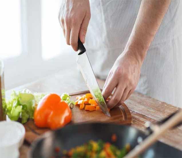 तुम्ही या दिशेने मुख करुन स्वयंपाक करता का, होतील दुष्परिणाम|ज्योतिष,Jyotish - Divya Marathi