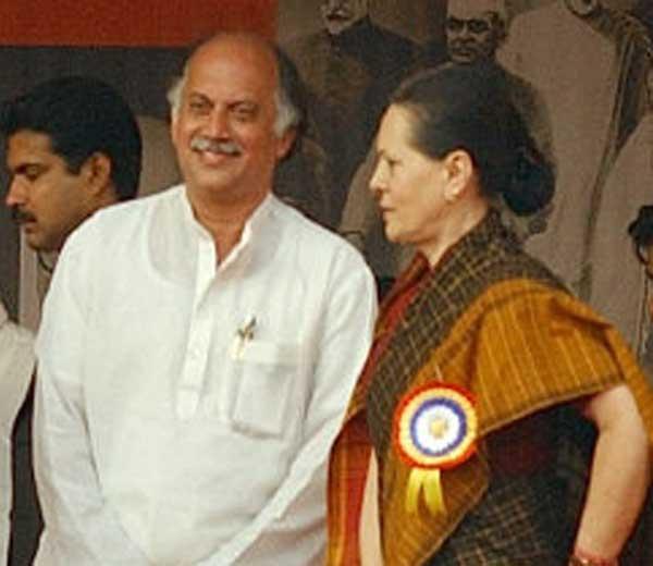आज सकाळी काँग्रेस अध्यक्षा सोनिया गांधींनी गुरुदास कामत यांच्याशी फोनवरून चर्चा केली. तसेच पक्षात सक्रिय राहण्याची विनंती केली. - Divya Marathi
