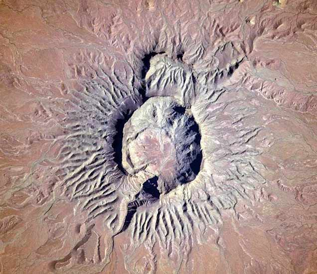 नामिबियामधील ब्रुक्कारोस माउंटनवरील ज्वालामुखी. - Divya Marathi