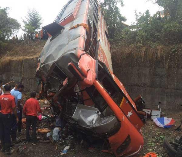 चार दिवसापूर्वी खोपोली येथे झालेल्या अपघातात 17 जण ठार झाले होते. - Divya Marathi
