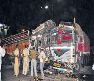 बीड बायपास : तिहेरी अपघातात दोघे गंभीर जखमी औरंगाबाद,Aurangabad - Divya Marathi