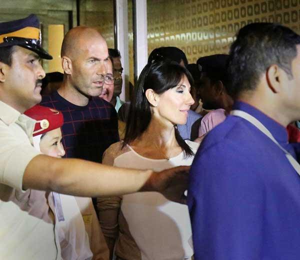 मुंबईच्या छत्रपती शिवाजी आंतरराष्ट्रीय विमानतळावर गुरुवारी दुपारी अडीच वाजता झिदान व त्याची पत्नी व्हेरेनिकाचे आगमन झाले तो क्षण... - Divya Marathi