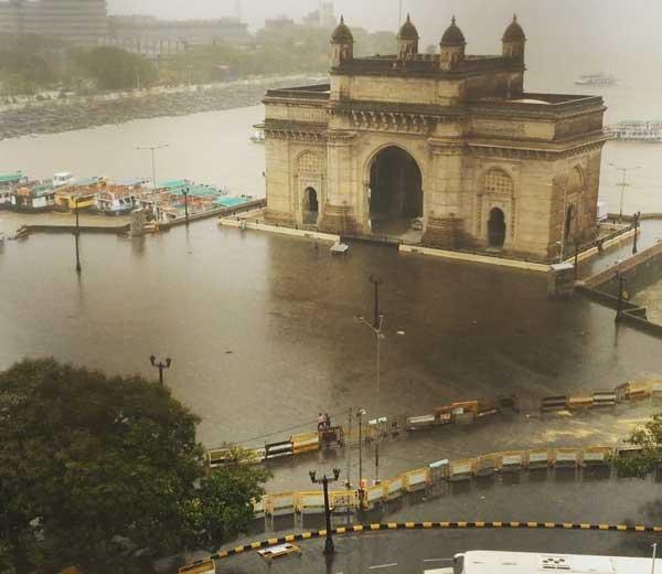 आज सकाळी गेट वे ऑफ इंडियासमोरील पावसाचे टिपलेले क्षणचित्र.... - Divya Marathi