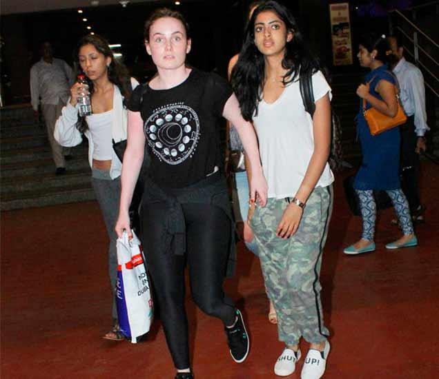 एअरपोर्टवर फ्रेंड्ससोबत नव्या नवेली नंदा - Divya Marathi