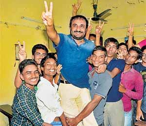 विद्यार्थ्यांनी आपले जीवन घडवणारे गुरू आनंदकुमार यांना उचलून घेत हा आनंद साजरा केला. - Divya Marathi