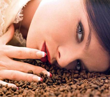 फक्त एक आठवडा अशा प्रकारे करा कॉफीचा वापर, स्किन होई चमकदार...  - Divya Marathi