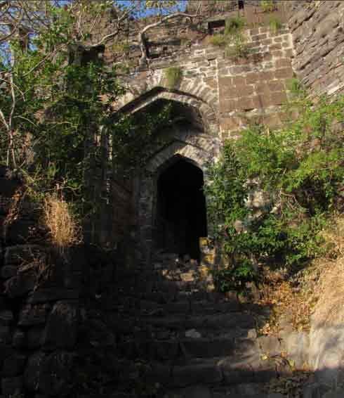 जवळ जाऊनही दिसणार नाही हा यादवकालीन किल्ला, वास्तूशास्त्रातील आश्चर्यच औरंगाबाद,Aurangabad - Divya Marathi