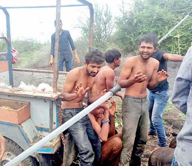 VIDEO गुजरात: \'गोरक्षा\'च्या नावाखाली केले असे काम, तरुणांना उघडे करुन चोपले देश,National - Divya Marathi