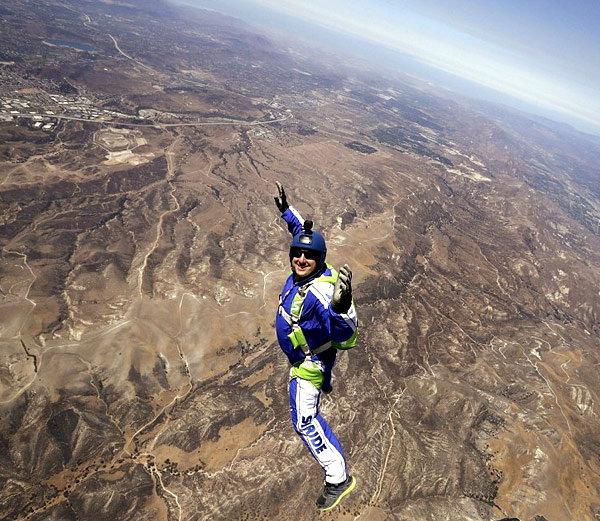 अमेरिकेतील ल्यूक एकिन्सने 25 हजार फूट उंचीवरून पॅराशूटशिवाय उडी मारण्याचा पराक्रम केला आहे. - Divya Marathi