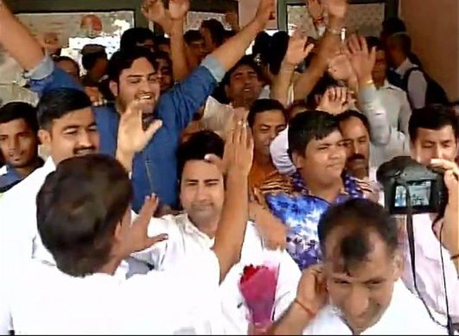 भारताचा अव्वल मल्ल नरसिंग यादवच्या बाजूने नाडाने निर्णय देताच त्याच्या समर्थकांनी असा जल्लोष केला. - Divya Marathi