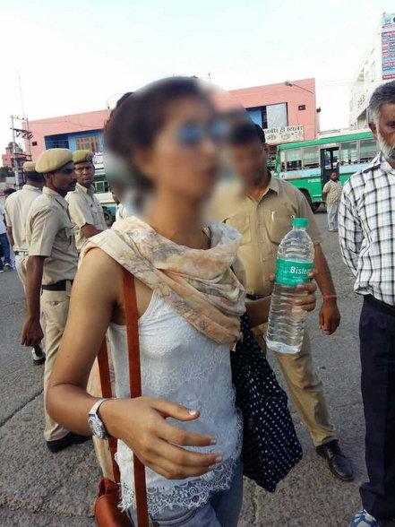 एनआरआय तरुणीचा बसस्टँडवर राडा; म्हणत होती, भावाने माझा रेप केला|देश,National - Divya Marathi