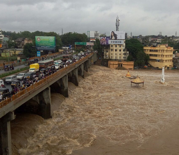 नाशिकच्या अहिल्या देवी होळकर पुलाखालून गोदावरी अशी वाहत आहे. - Divya Marathi