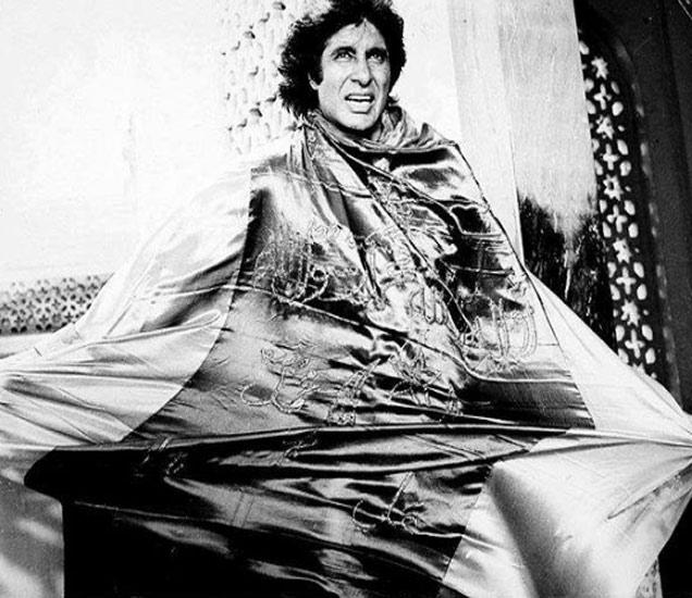 अमिताभ बच्चन यांचा मुलगा अभिषेकने आपल्या फेसबुक अकाउंटवर बिग बींचे हे छायाचित्र शेअर केले आहे. - Divya Marathi